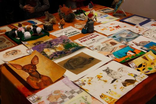 Отдельные стенды занимали творческие работы: конкурс рисунков и конкурс поделок, которые традиционно поддержала Faber Castell, старейшая из компаний, работающих на рынке канцелярских товаров и товаров для творчества.