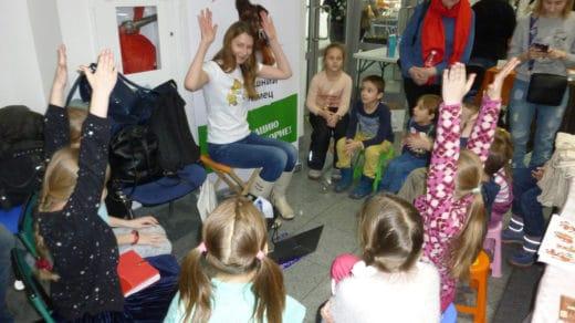 Специально для детей благотворительный фонд «Дарящие надежду» провел в рамках выставки «Урок доброты», на котором в доступной игровой форме было рассказано о том, как нужно правильно относиться к животным